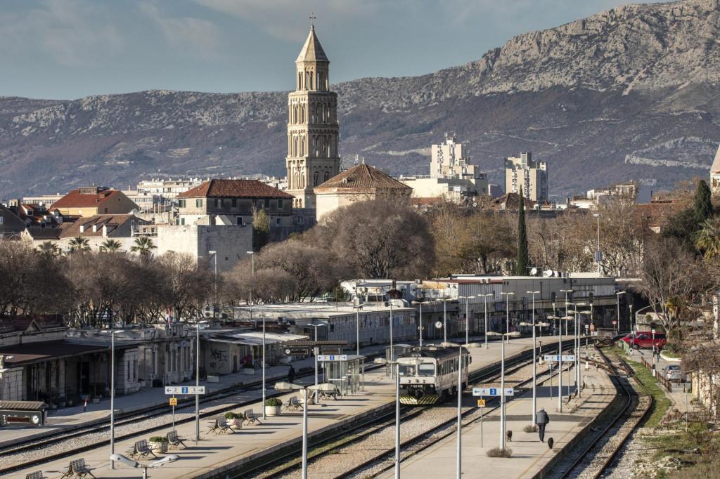 Planova za veće zahvate na kolodvoru nema, a razlog je planirani projekt povezivanja Istočne obale sa Zračnom lukom Split i izgradnja novog kolodvora na Kopilici