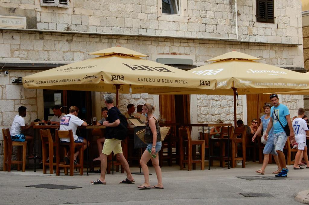 Ispred pizzerije 'Galija' vraćen je štekat nakon uklanjanja nelegalnog dijela<br /> <br />