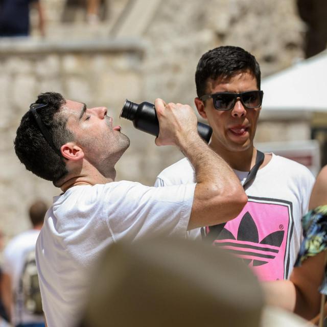 Uz novi toplinski val, mnogi posjetitelji su potražili osvježenje u hladu i na gradskim fontanama<br />