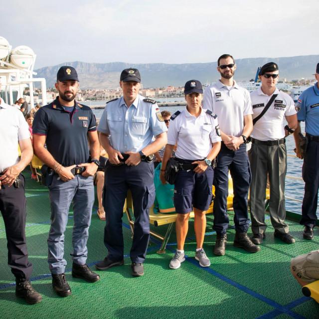 Skupina stranih policajaca, zajedno s domaćinom, krenula je iz Splita u obilazak Brača