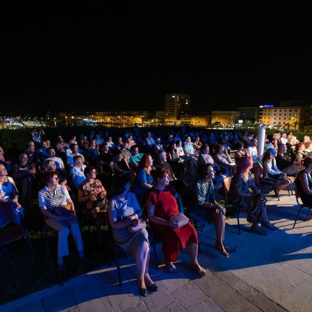 Vec sedmu godinu zaredom u organizaciji HNK Zadar, na prekrasnoj lokaciji otvorene terase Muzeja antickog stakla Zadar odrzava se Zadar Jazz & Blues festival. Na festivalu koji traje od 28. do 30. srpnja prva noc je pripala svjetskom pijanisti Kubancu Omaru Sosi (Aguas triu)<br />