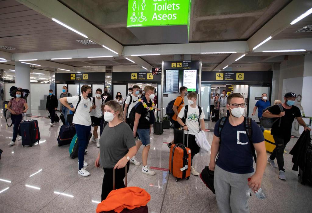 Zračna luka u Palma de Mallorci još uvijek je puna turista, ali i virusa<br />