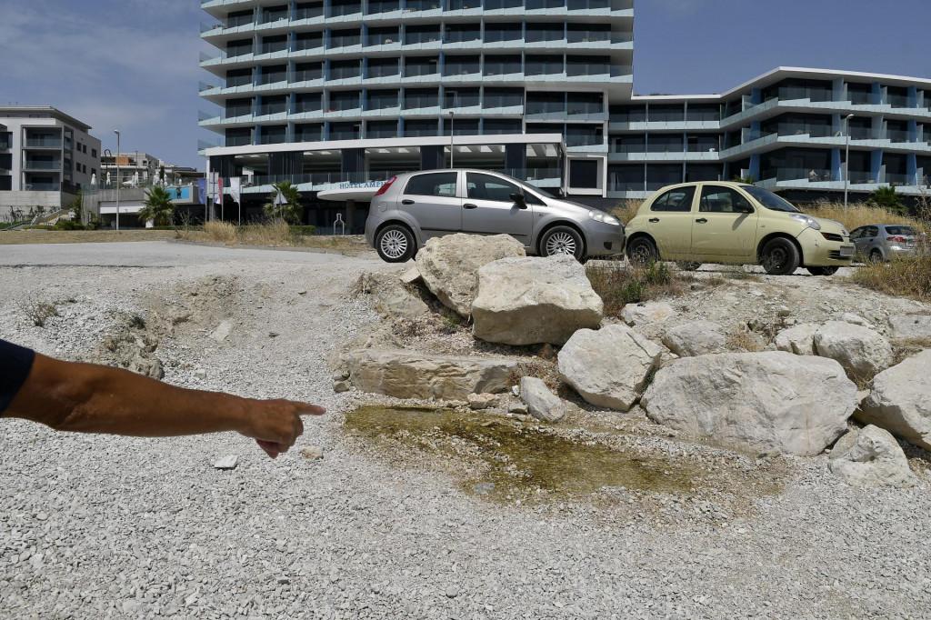 Voda istječe kod zadnje plaže na Žnjanu, a iz 'Vodovoda i kanalizacije' kažu da nije problematična