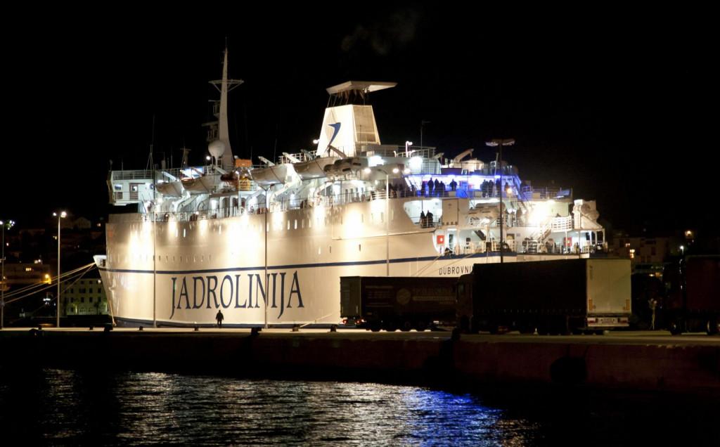 """Jadrolinijin trajekt """"Dubrovnik"""" noću"""