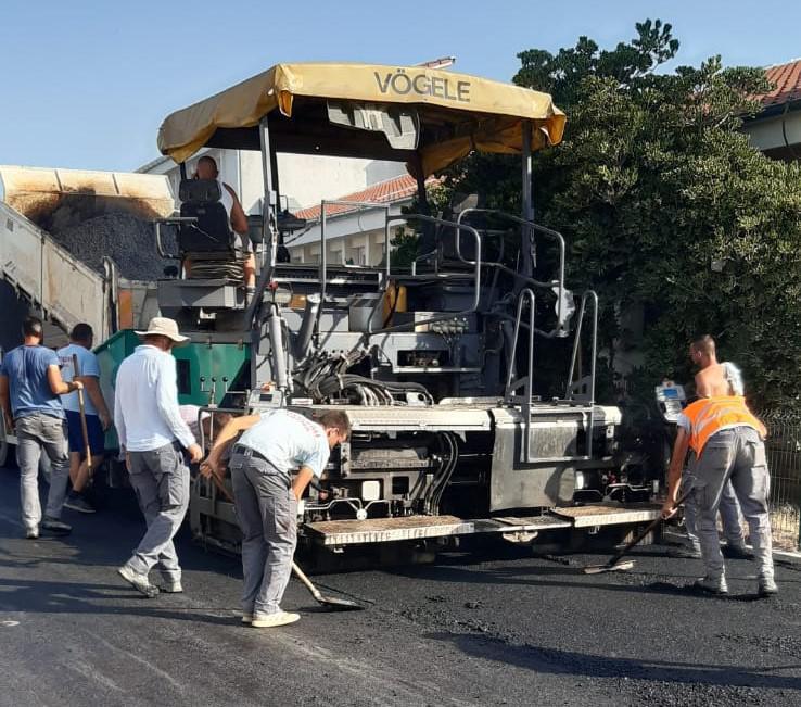 S neba sunce prži plus 40, iz asfalata isijava plus 50, a oni fizički rade na asfaltiranju ceste u Zemuniku... Svaka čast ljudi!