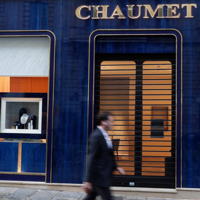 A passer-by walks past a Chaumet jewellery store located close to the Champs-Elysee avenue in central Paris, on July 27, 2021. - The Chaumet jewellery store was targeted by an armed robbery, and between 2 and 3 million euros worth of goods have been stolen, according to a close source. (Photo by GEOFFROY VAN DER HASSELT/AFP)
