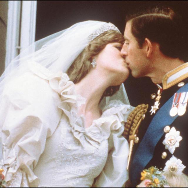Nasljednik britanske krune oženio je sramežljivu 20-godišnju lady Dianu Spencer 29. srpnja 1981. u londonskoj Katedrali svetog Pavla