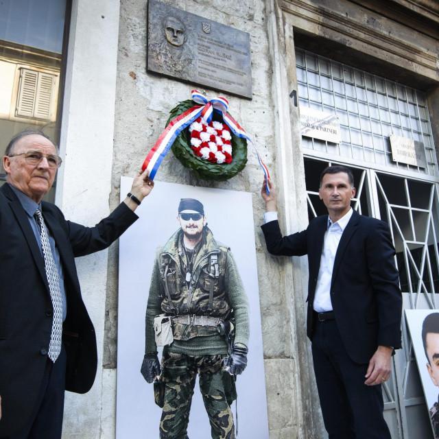 Dragan Primorac i Goranov otac Ratomir Kliškić polažu vijenac kod spomen ploče pokojnog pukovnika HV-a Gorana Kliškića