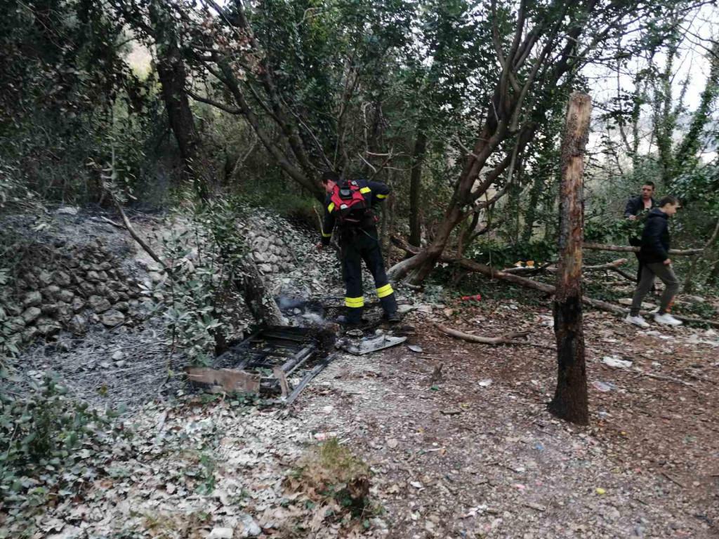 požar otvorenog prostora, šumica u Novoj Mokošici, vatrogasci u intervenciji