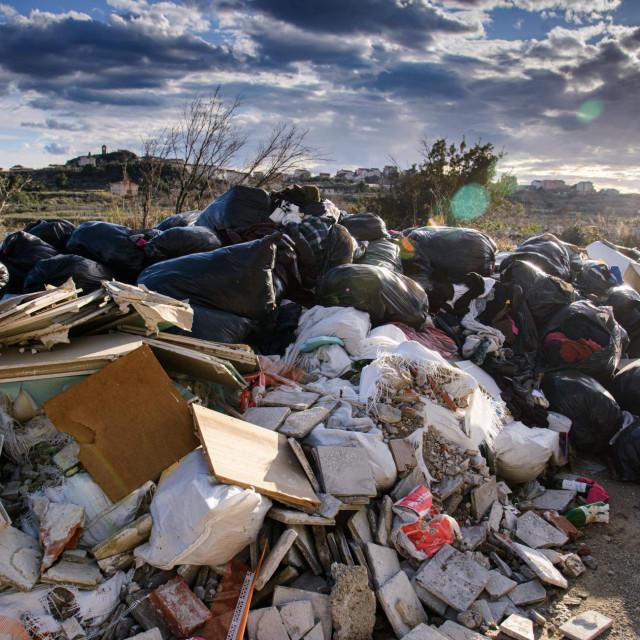 Srednja Dalmacija zatrpana je nerazvrstanim smećem