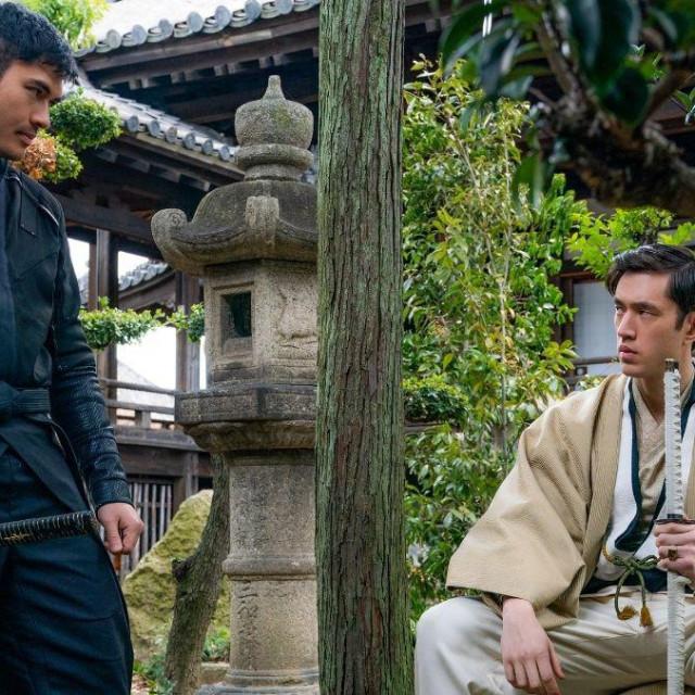 Snake Eyes ( Henry Golding, lijevo) s pokroviteljem Tommyem ( Julian Hiroaki Koji), u dvorištu klana Arashikage