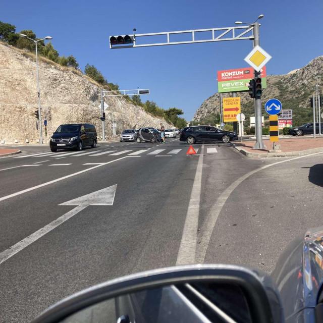 Prometna nesreća na skretanju u poslovnu zonu