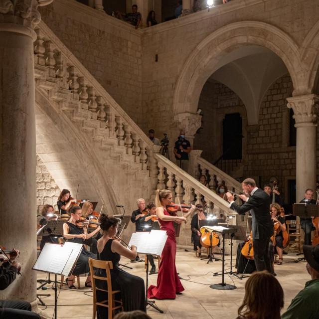 Komorni sastav DSO nastupio je 29. srpnja u atriju Kneževa dvora uz violinisticu Evu Šulić i pod ravnanjem maestra Ivana Huta