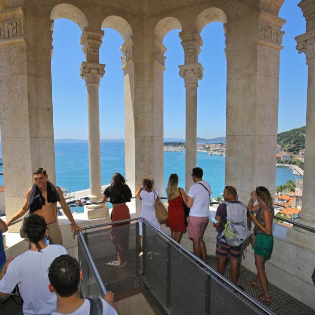 Turisti u obilasku zvonika Svetog Duje.<br />