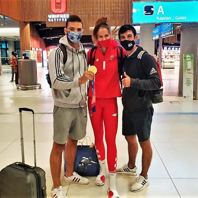 Dubrovčani sa sjajnom Kninjankom, olimpijskom pobjednicom, u Zračnoj luci u Istanbulu - Josip Bulić, Matea Jelić i Mateo Semiz