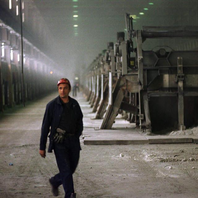 Požar je zahvatio i borove te raslinje u krugu tvornice mostarske kompanije Aluminij