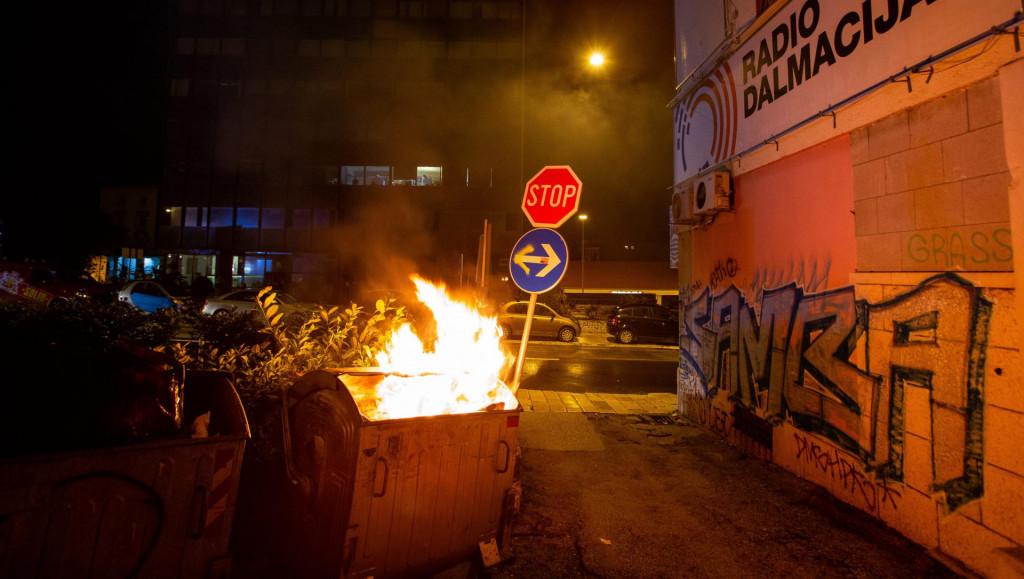 Zapaljeni kontener za smeće u Zvonimirovoj ulici