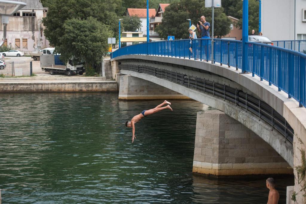 Vruće ljetne dane djeca u Obrovcu provode kupajuci se u Zrmanji, a posebno uživaju skačući s mosta