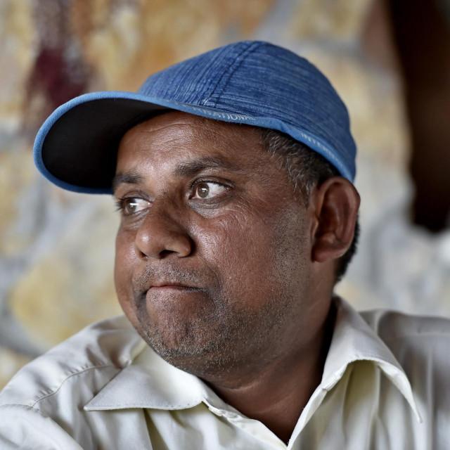 Nije ga, veli, bilo briga za sebe, ali zadnja tri mjeseca njegova se obitelj u Indiji zadužila kako bi se mogla prehraniti. To ga mori, taj rastući dug. On im nije imao od čega poslati ni kune, ni rupija