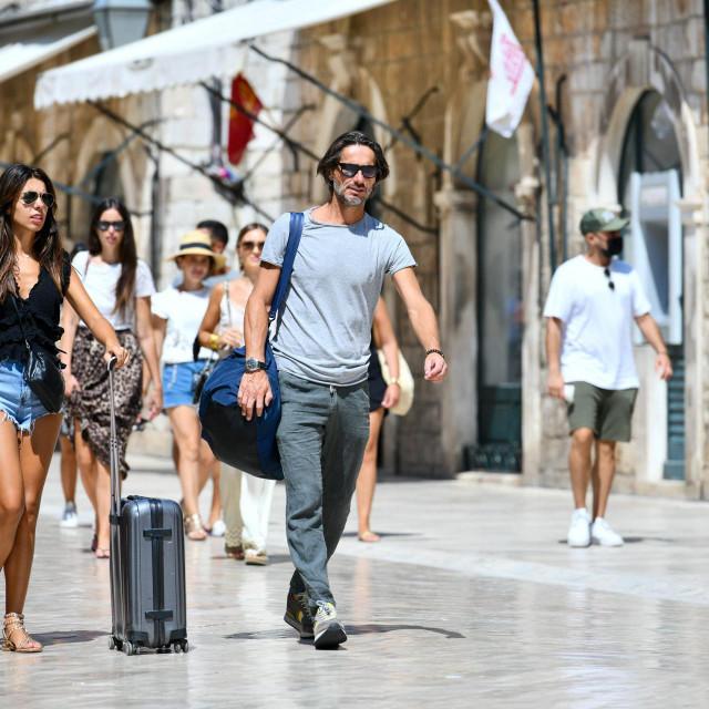Dubrovnik, 310721.<br /> Unatoc vrucini na Stradunu ima turista koji obilaze grad.<br />