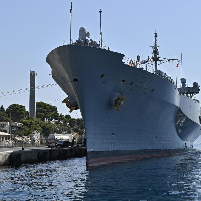'USS Mount Whitney', 184 metra duga grdosija usidrila se na vanjskom vezu gradske luke