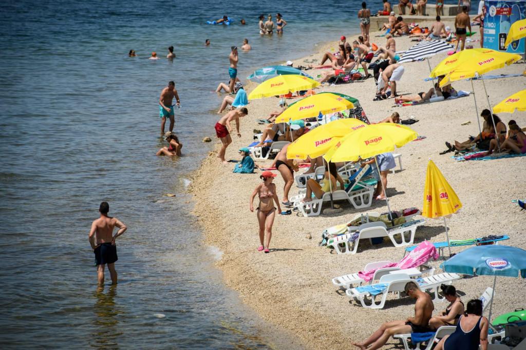<br /> Vruč ljetni dan na plaži Banj u Šibeniku