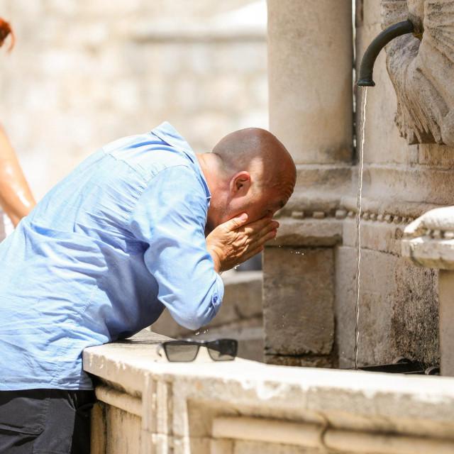 Dubrovnik, 270721.<br /> Uz novi toplinski val, mnogi posjetitelji su potrazili osvjezenje u hladu i na gradskim fontanama.<br />
