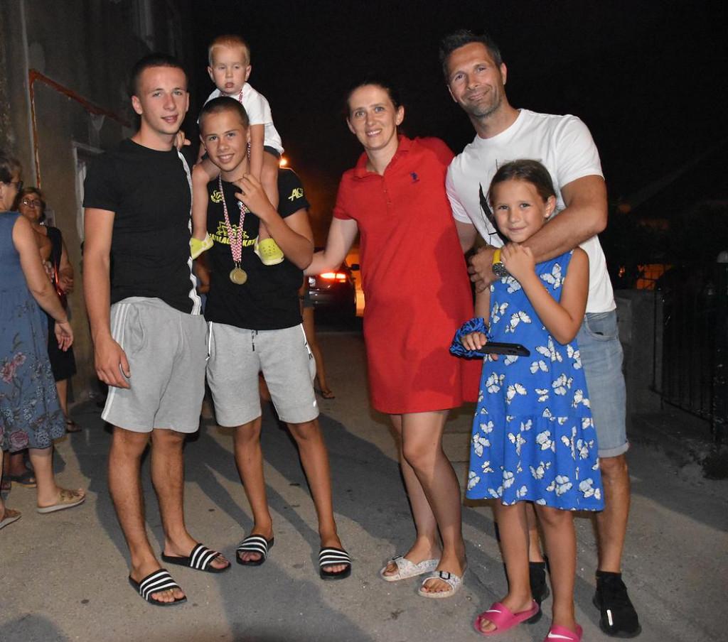 Obitelj Šunjić, supružnici Ivan i Lenka, Roko, Petar, Ema i Šime