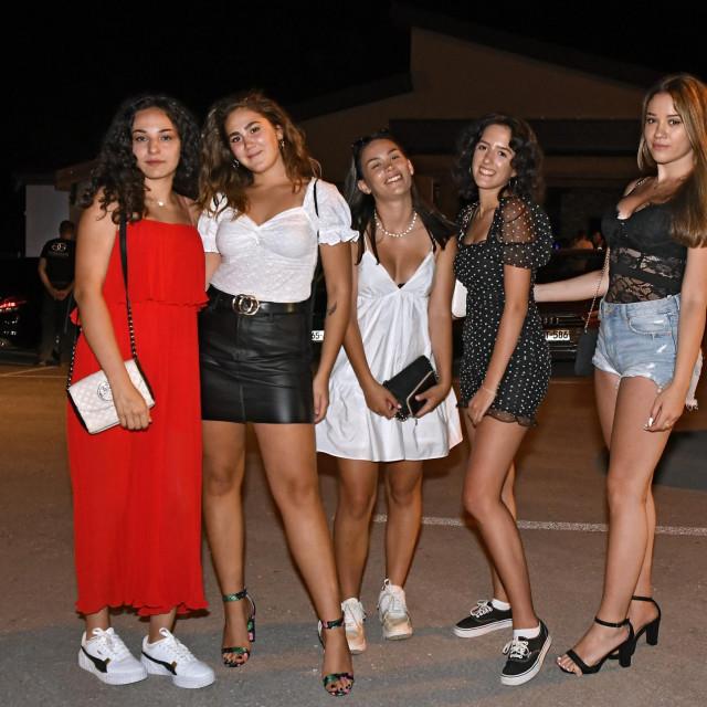 Djevojke iz Makarske:Nije da Makarska nema klubove, ali rano zatvaraju. A mi željne plesa dok ne padnemo s nogu!