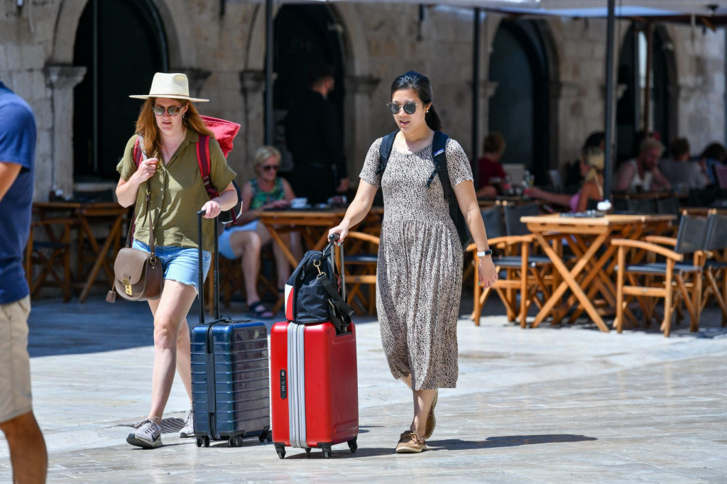 Turistima na Stradunu ne smetaju ljetne vrućine