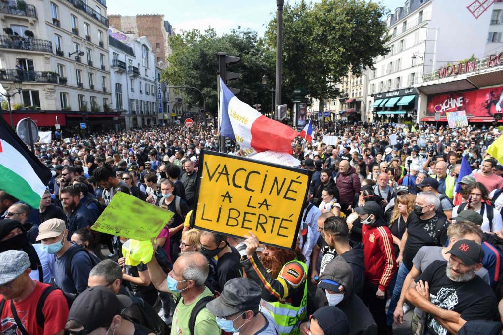 Brojni Francuzi ne podržavaju Macronove epidemiološke mjere