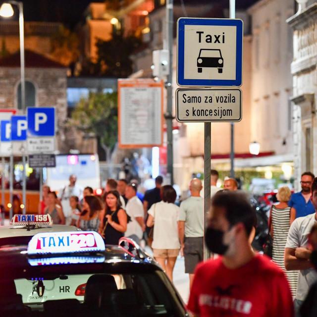 Na taksi-stajalištu na Pilama nije baš lako uvesti red
