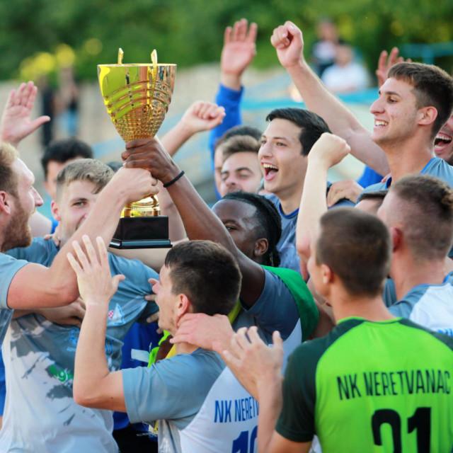 Neretvanac je osvojio Županijski kup u sezoni 2020./21., kapetan Dino Deak je prvi podigao pokal nakon finalne pobjede protiv Župe dubrovačke, a potom je moglo početi slavlje 'Plave makinja'...