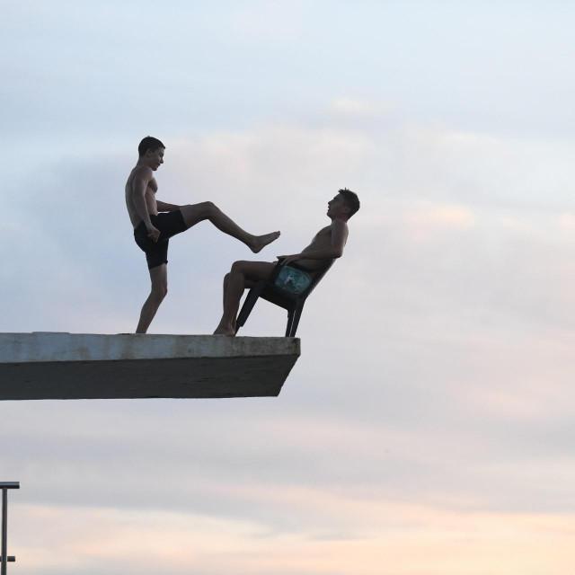 Neobican skok u more na zadarskoj plazi Kolovare<br />