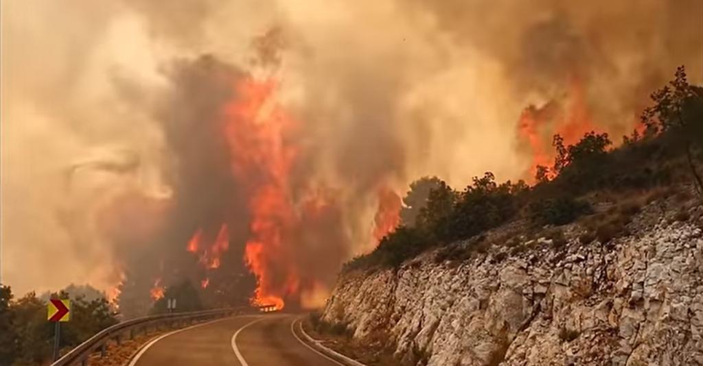 Podivljali plamen na cesti kraj Trogira