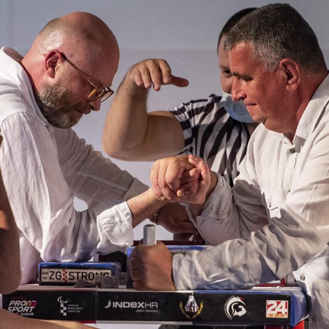 Tko je jači: ruke su ukrstili predsjednik Hrvatskog saveza obaranja ruku Aleksandar Jakovac i Miro Bulj, gradonačelnik Sinja<br />