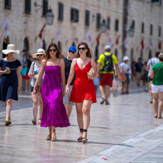 Dubrovnik, 04.08.2021. U djiru stradunom u ljetnim haljinama.