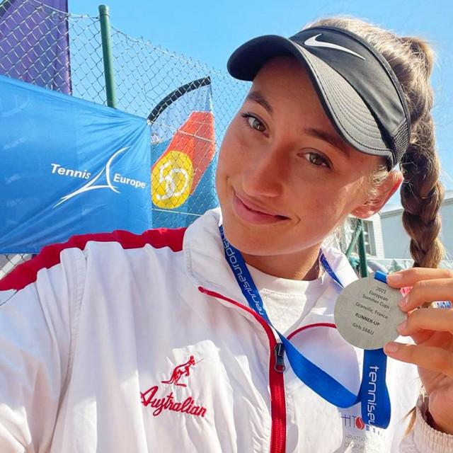 Dubrovkinja Lucija Ćirić Bagarić sa srebrnom medaljom nakon finala ekipnog juniorskog prvenstva Europe u francuskom Granvilleu