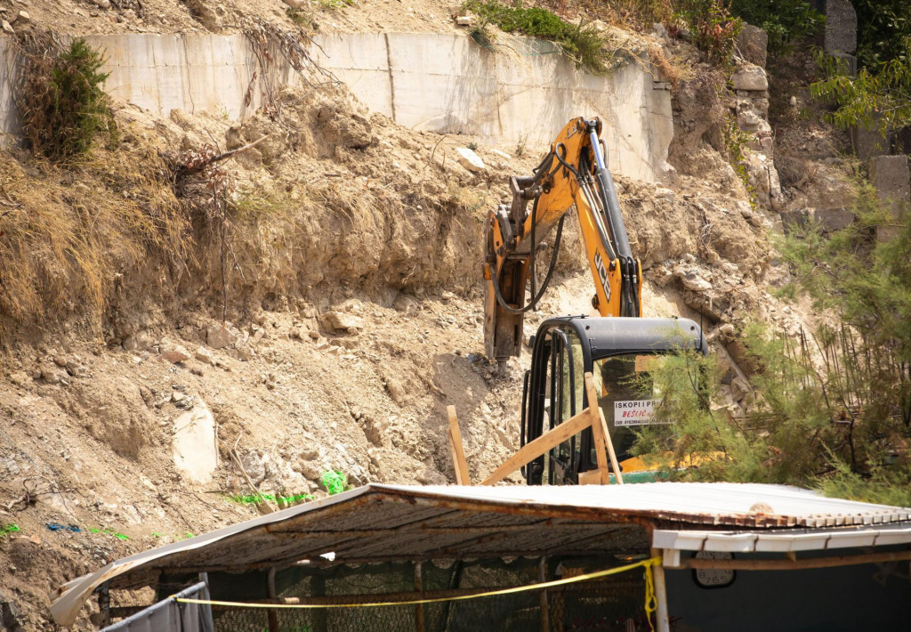 Zabrana radova u uvali Ježinac se očigledno ignorira, građevinski stroj je opet bio u akciji
