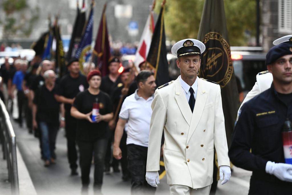 Mimohod hrvatskih branitelja s ratnim zastavama ulicama Splita