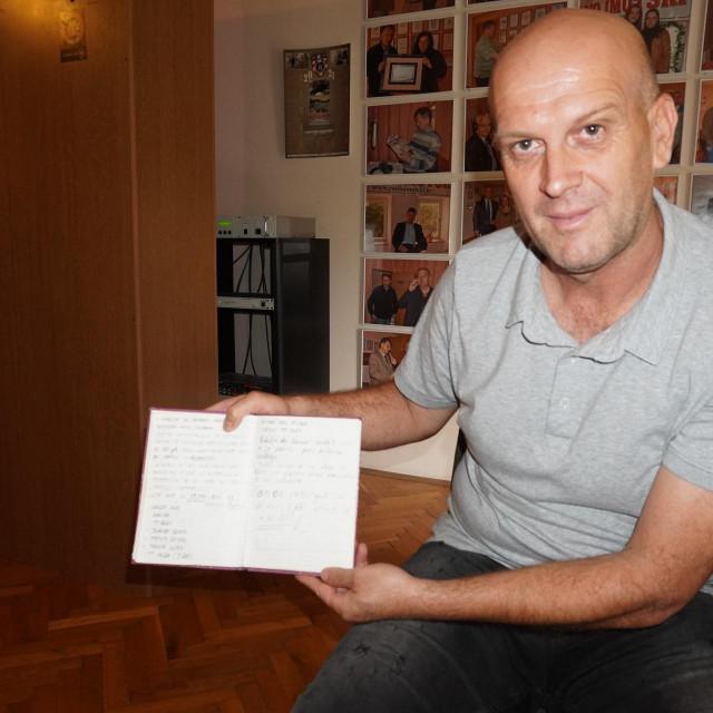 Ivica Kukavica s ratnim dnevnikom koji je svakodnevno vodio<br />