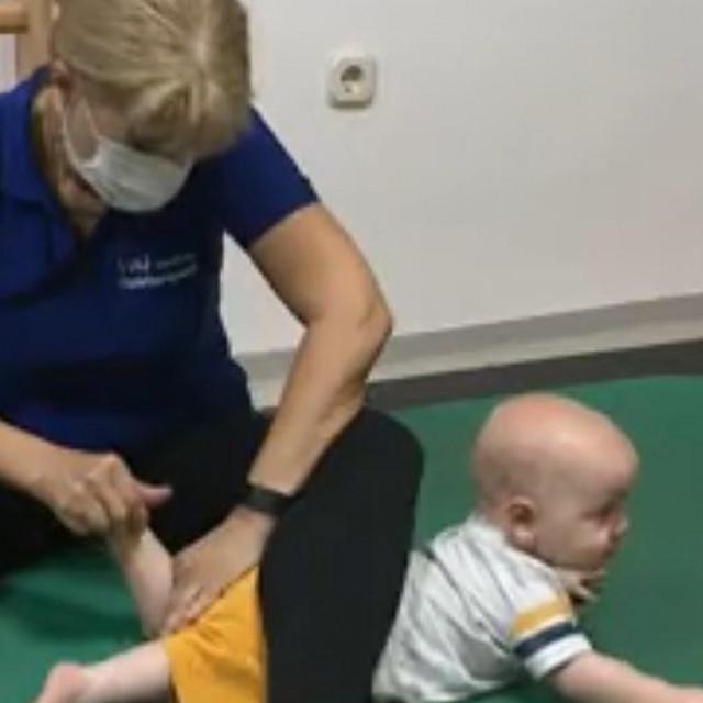 Roditelji su pronašli kliniku u Njemačkoj gdje bi nakon brojnih zahvata Tin mogao gotovo normalno hodati<br /> SCREENSHOT