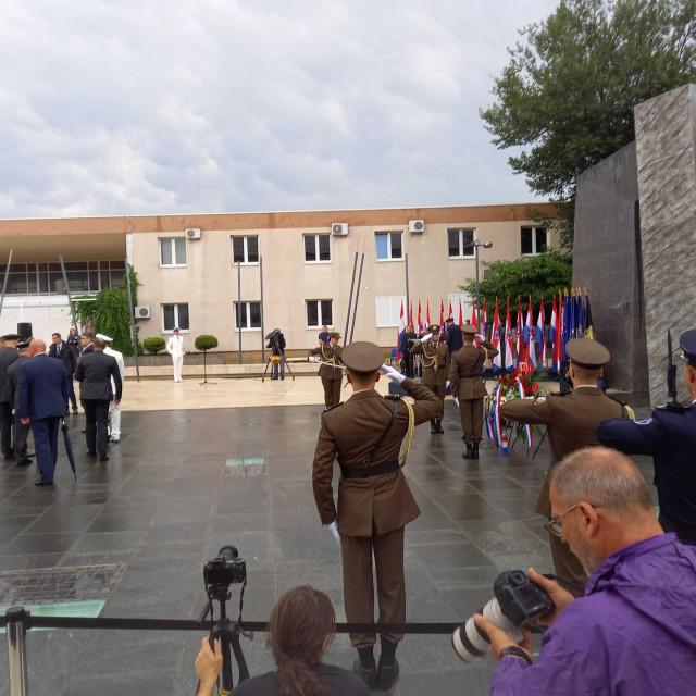 Obitelji nestalih, poginulih i umrlih hrvatskih branitelja, prve su položile vijence pred spomenik Oluja 95