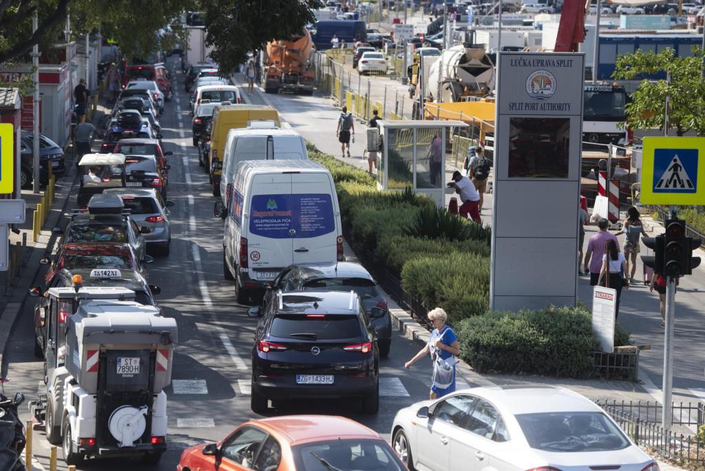 Gužve se stvaraju zbog velikog priljeva vozila koja idu prema luci radi ukrcaja na trajekt, kažu iz policije