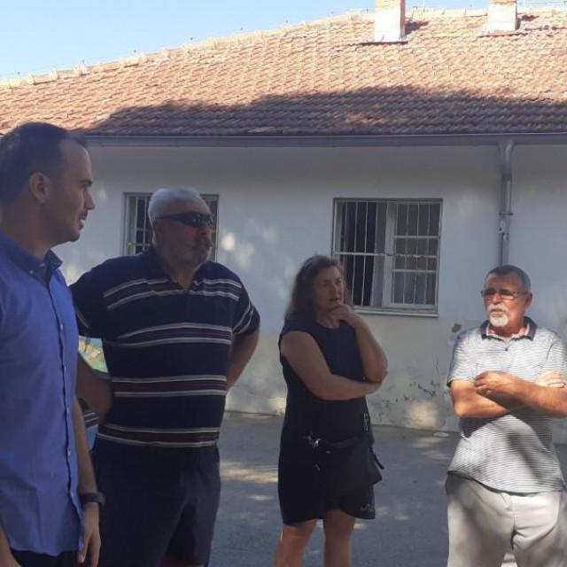 Stanovnici Uvale Luka zatražili su od novog rogozničkog načelnika Marija Mladinića da im konačno jasano odgovori kada će dobiti vodu