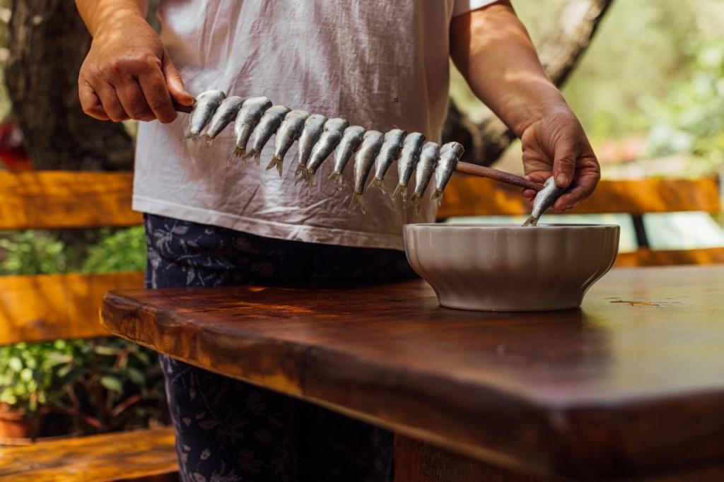 Na Lastovu se srdele pripremaju po principu ražnjića