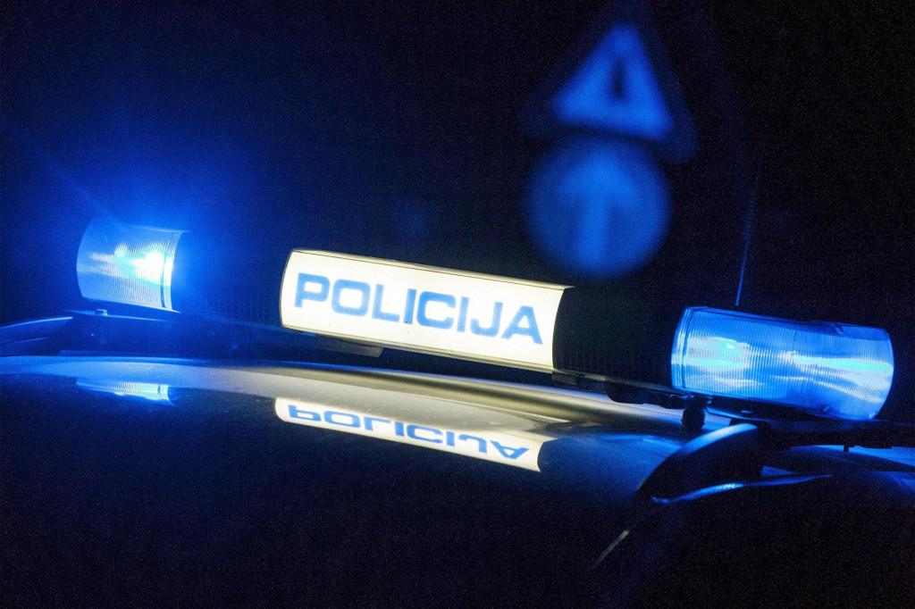 Kupljenovo, 311015.<br /> Policija preusmjerava promet sa ceste D1 zbog sudara motociklista i osobnog vozila, prilikom kojeg je smrtno stradao motociklist.<br /> Na fotografiji: policija preusmjerava promet.<br />