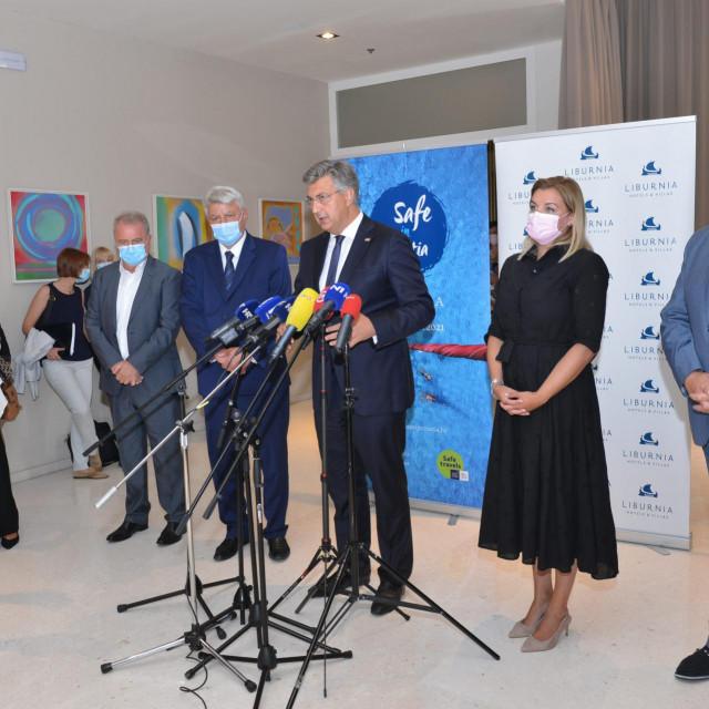 Andrej Plenković, zajedno s članovima Vlade, sastao se s predstavnicima turističog sektora, županima priobalnih županija i gospodarstvenicima