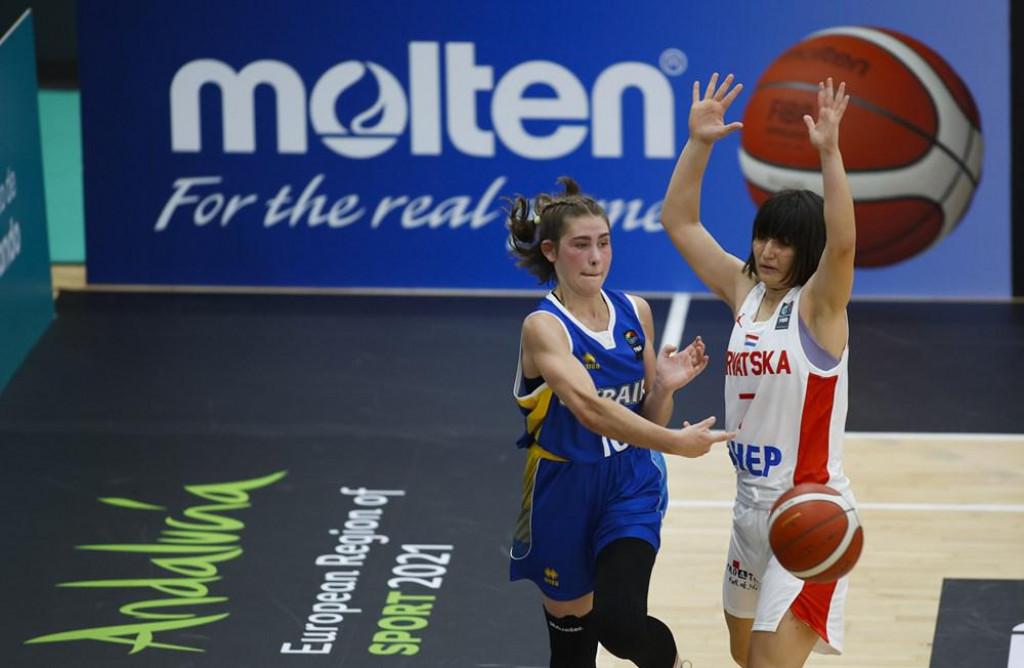 Anastasia Ilchenko (Ukrajina) i Ella Majstorović (Hrvatska) u 2. kolu turnira skupine 'B' FIBA European Challengersa