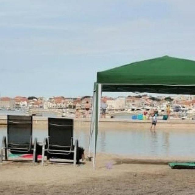 Netko je postavio 'paviljon' na plaži